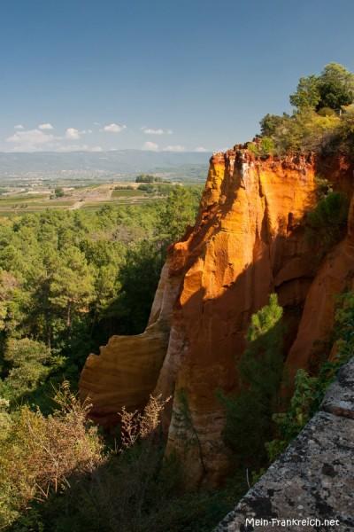 Ockerfelsen in Rot- und Gelbtönen am Rand des provenzalischen Dorfes Roussillon