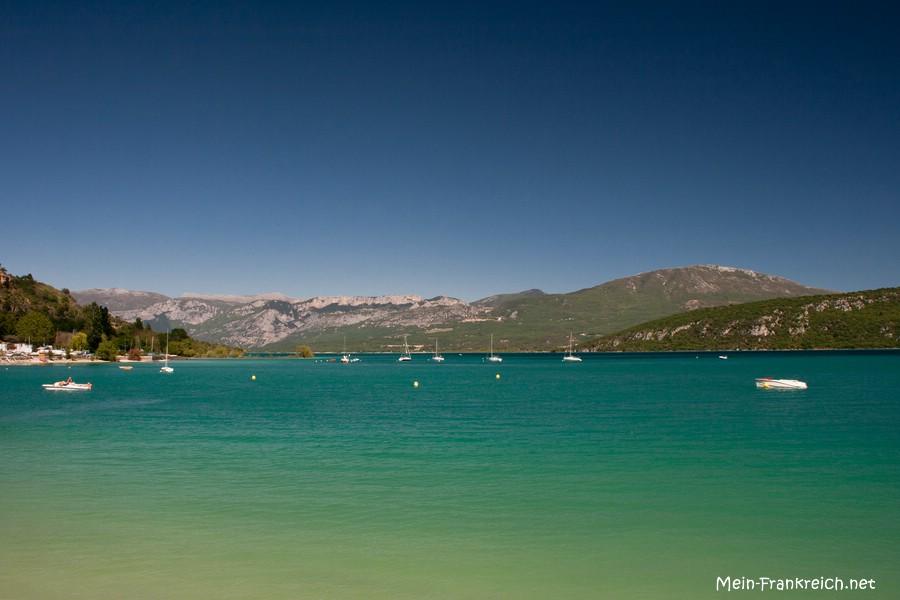 Ausblick über eines Teil des Lac de Sainte-Croix vom Ufer des Dorfes Sainte-Croix-du-Verdon