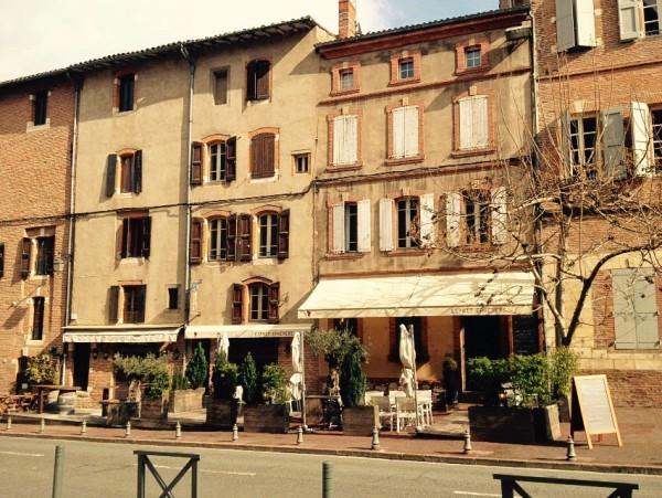 Straßencafé in der Altstadt von Albi