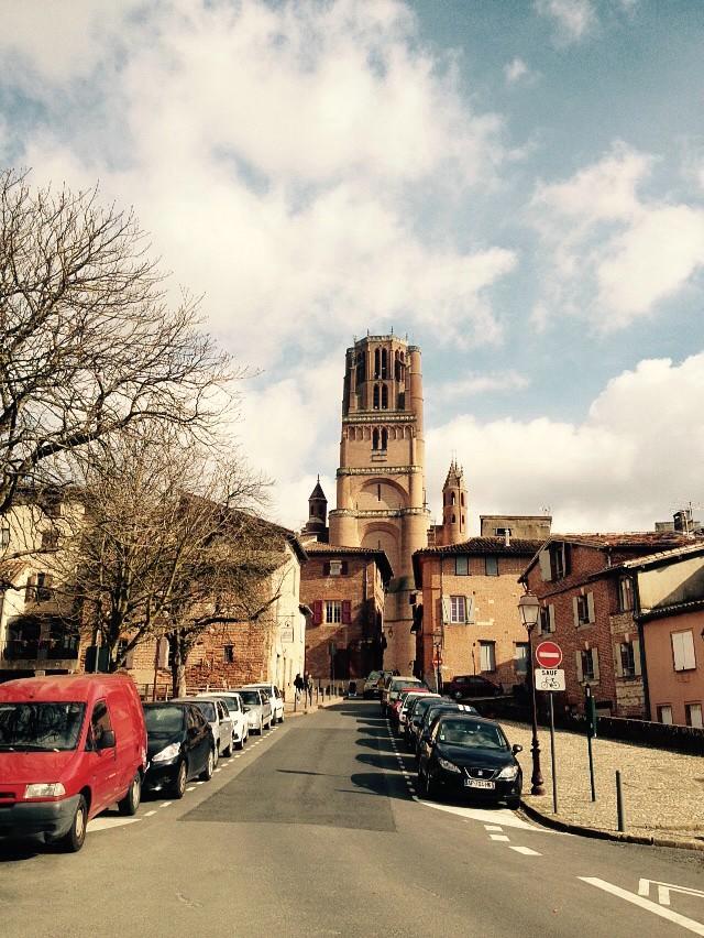 Blick durch die Straßen von Albi Richtung der Kathedrale Sainte-Cécile