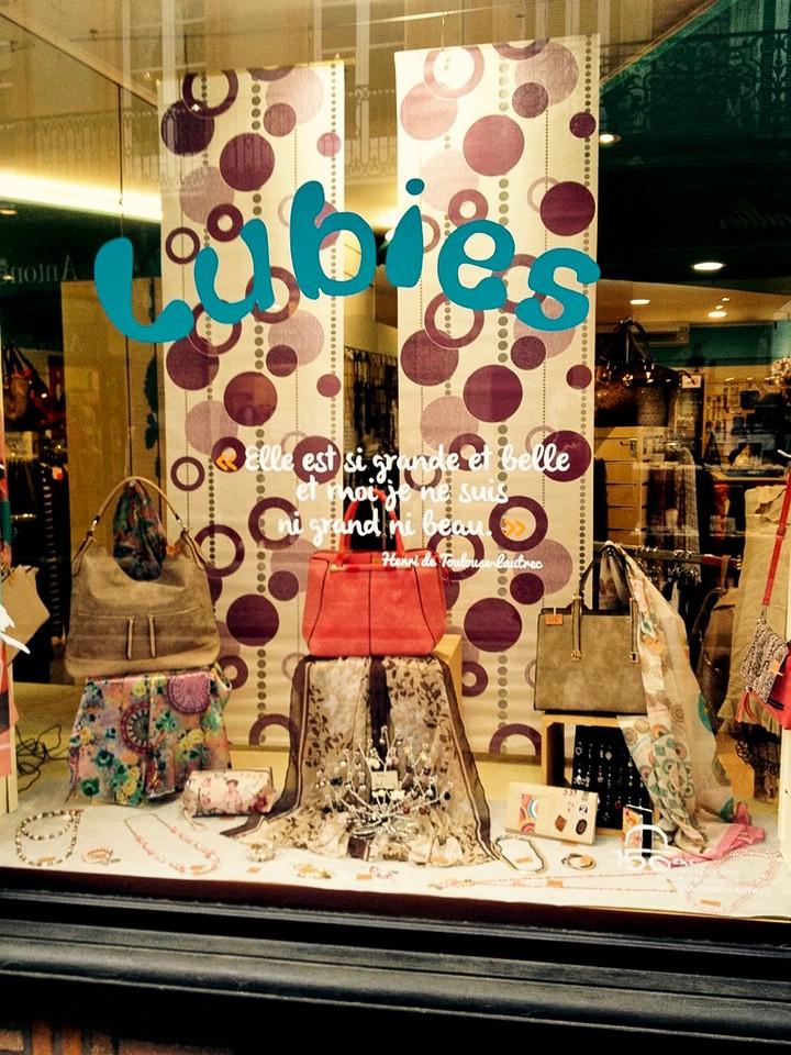 Schaufenster in der Innenstadt von Albi mit Toulouse-Lautrecs Satz: Elle est si grande et belle et moi je ne suis pas ni grand ni beau.