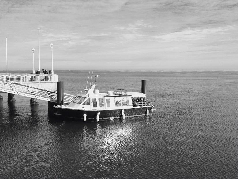 Kleine Fähre am Bootsanleger von Arcachon