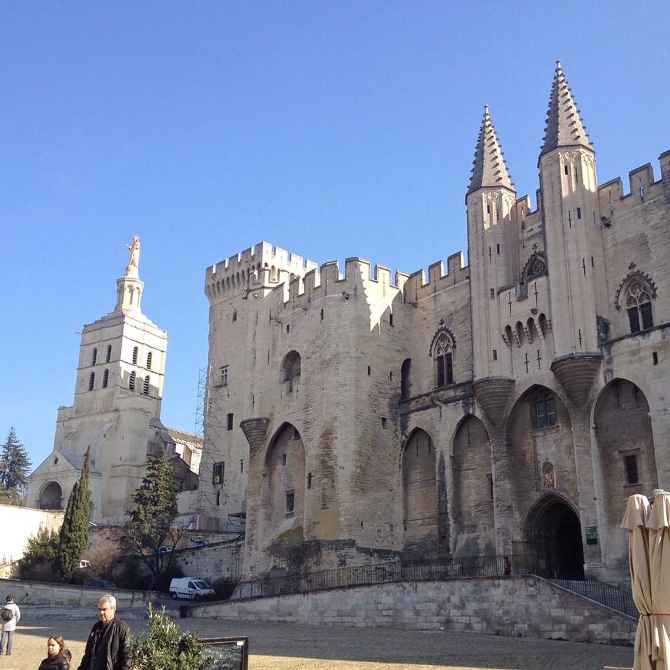 Der Papstpalast, das prägende Bauwerk von Avignon