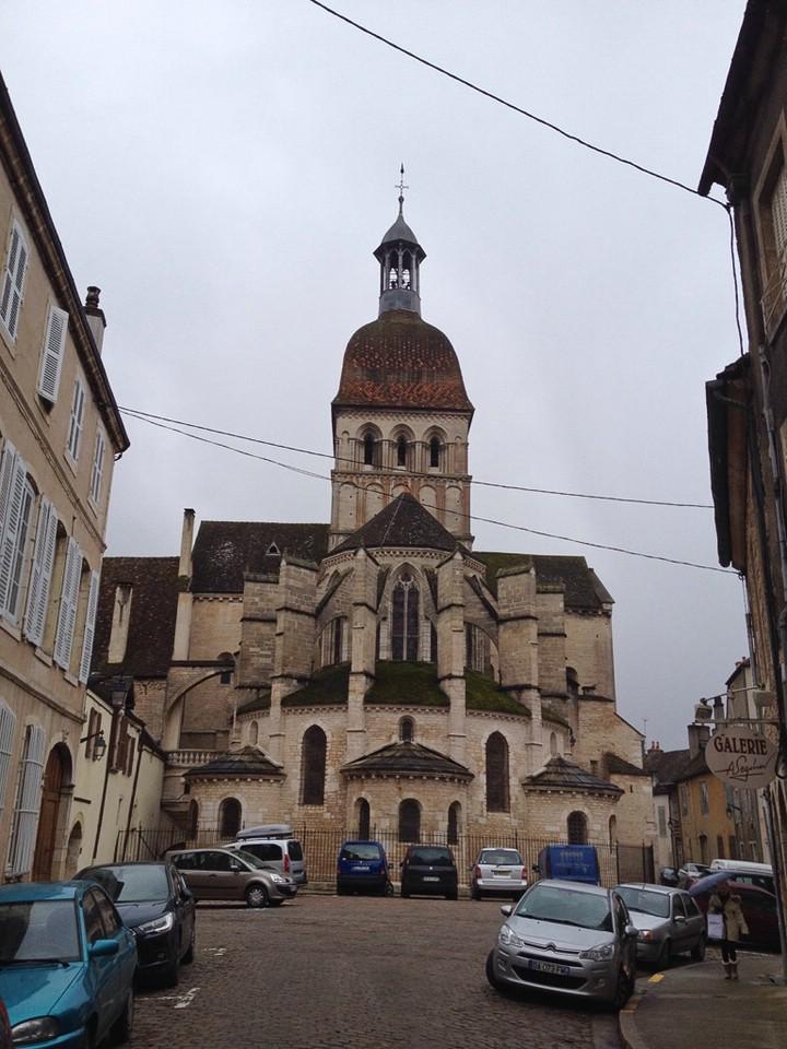 Rückseite der Basilika Notre-Dame de Beaune