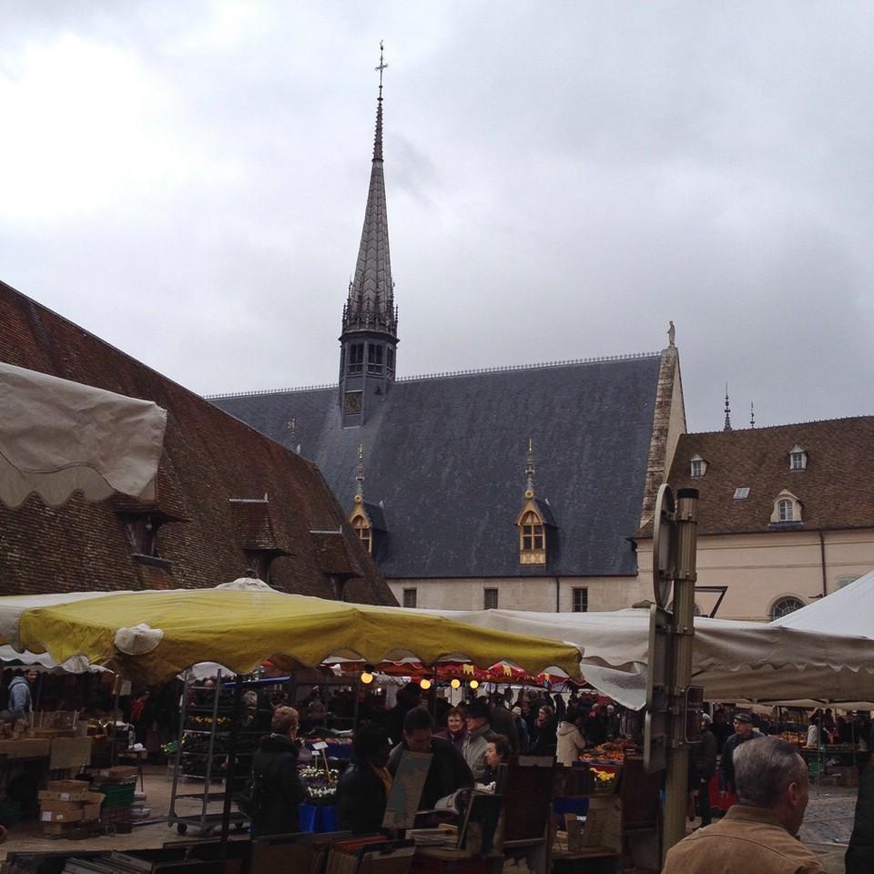 Wochenmarkt im Zentrum von Beaune