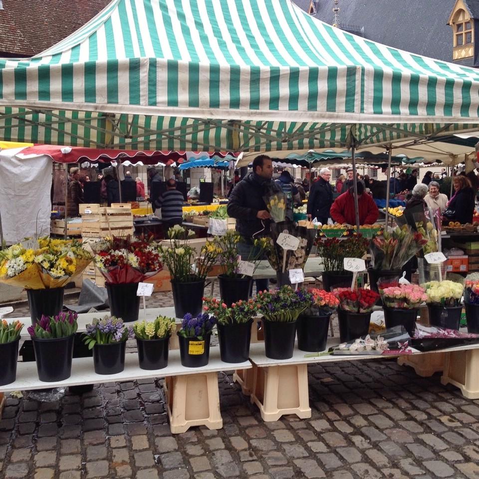 Blumenverkäufer auf dem Wochenmarkt von Beaune