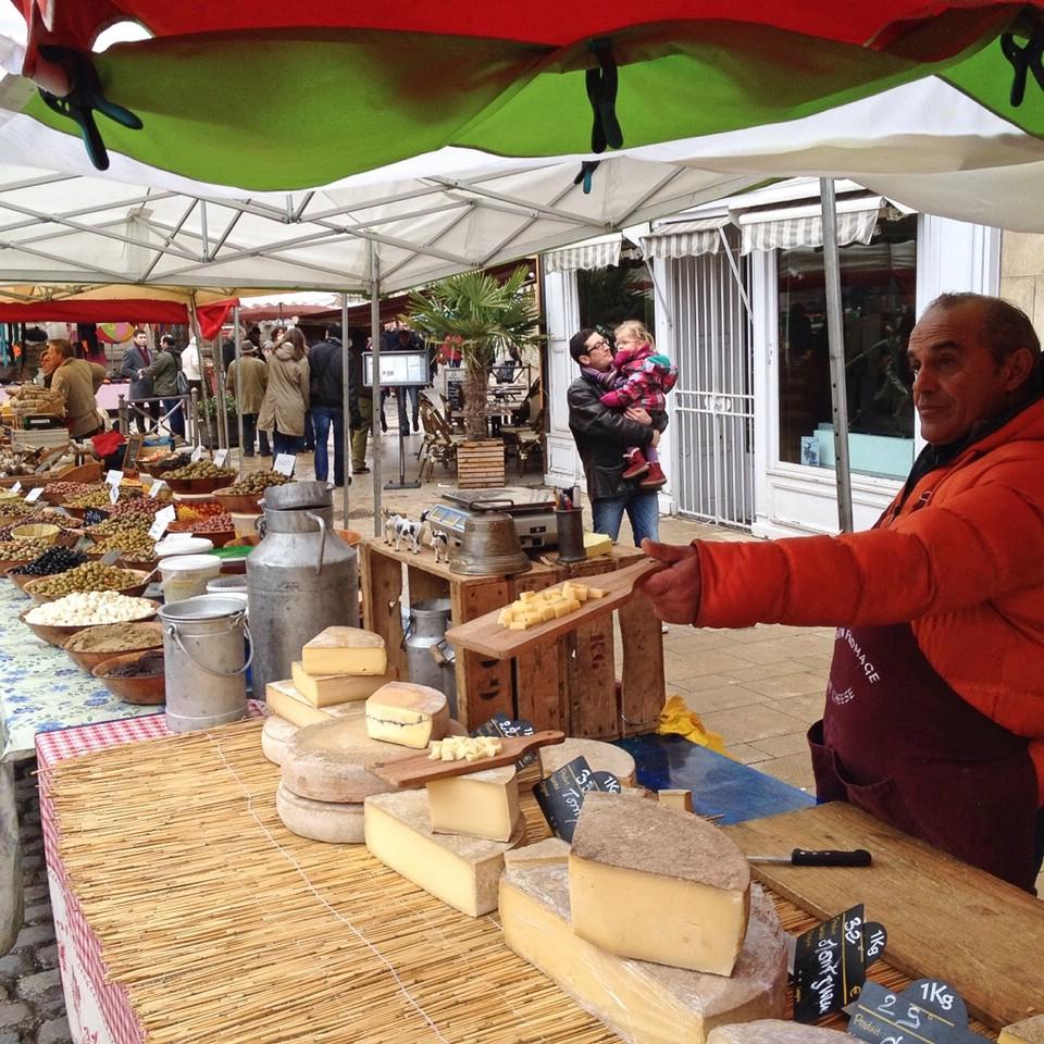 Käseverkauf und -verkostung auf dem Wochenmarkt von Beaune