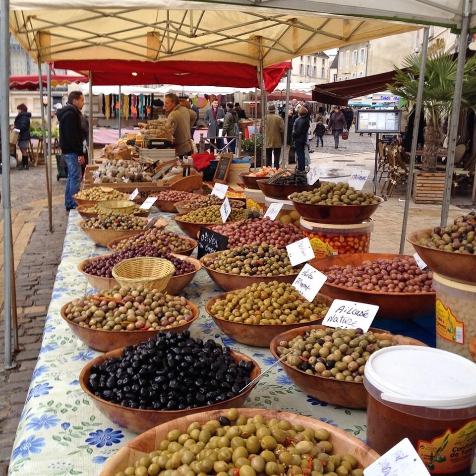 Verkauf von Oliven auf dem Wochenmarkt von Beaune