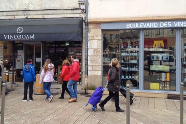 Zwei Weinhandlungen in der Innenstadt von Beaune