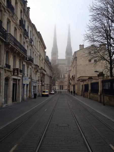 Bürgerhäuser in der Altstadt von Bordeaux, am Ende der Straße, die Nordfassade der Kathedrale