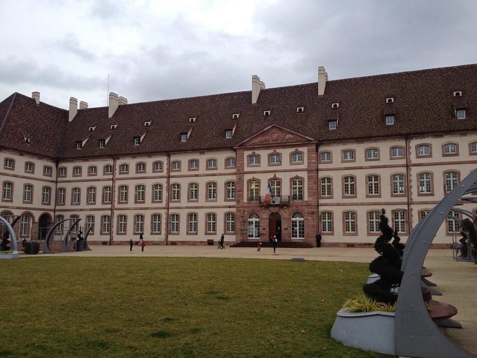 Die mächtige Stadtbibliothek von Colmar