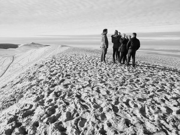 Oben auf der Düne von Pilat, im Hintergrund der Atlantik