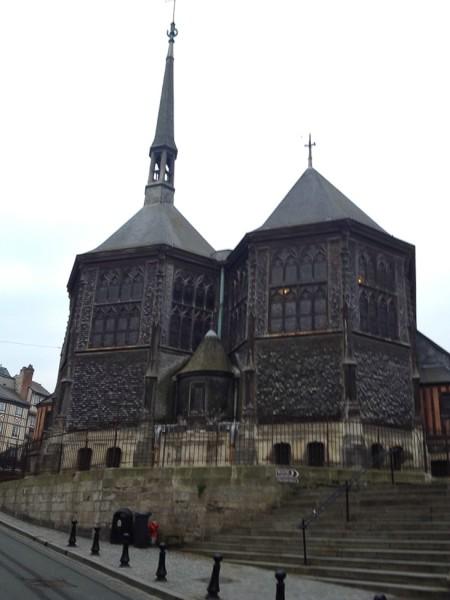 Die rückwärtige Ansicht der Holzkirche Sainte-Catherine