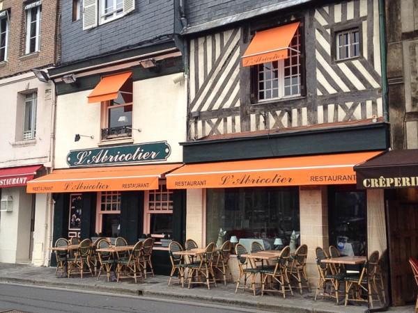 Restaurants laden zur Einkehr ein in den Straßen von Honfleur