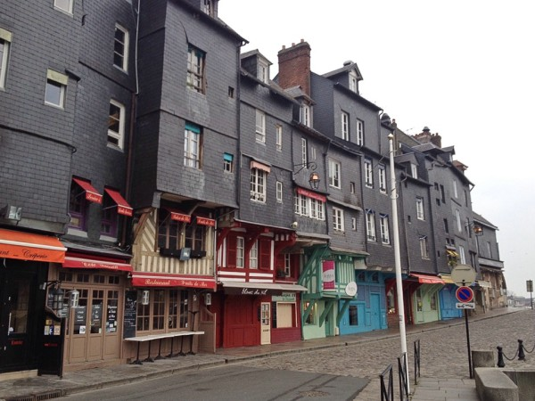 Honfleur, Straßenzug mit hübscher Häuserfront