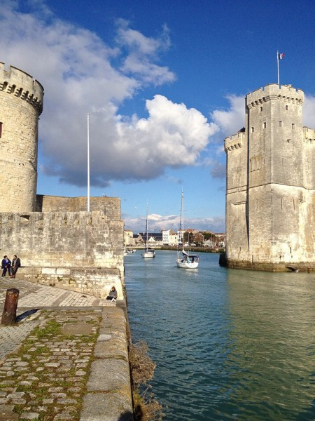 Ein Boot durchquert die Hafeneinfahrt von La Rochelle