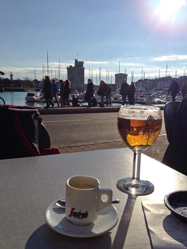 Kurze Pause in der Sonne am Hafen von La Rochelle