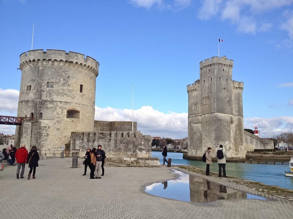 """Die Türme """"Tour de la Chaîne"""" und """"Tour Saint-Nicolas"""" an der Einfahrt zum alten Hafen von La Rochelle"""