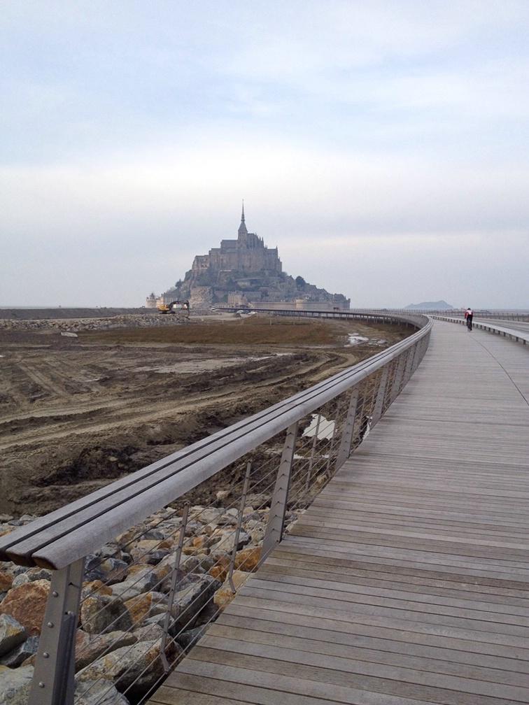 Blick über den Damm zum Mont Saint Michel