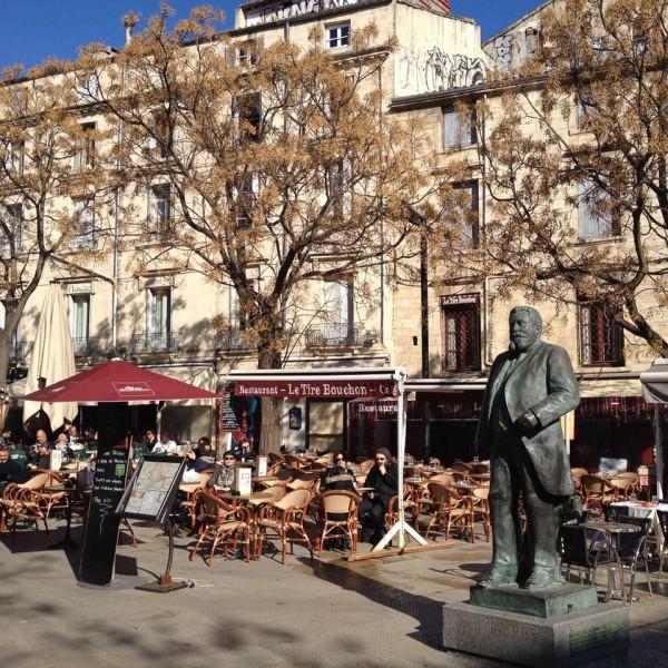 Restaurant in der Innenstadt von Montpellier, davor eine Statue von Jean Jaurès (1859 - 1914)