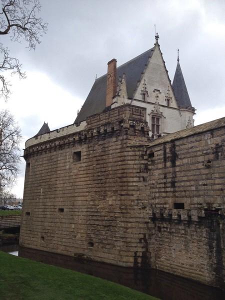 Das Schloss ist umgeben von einem Graben und einer Mauer