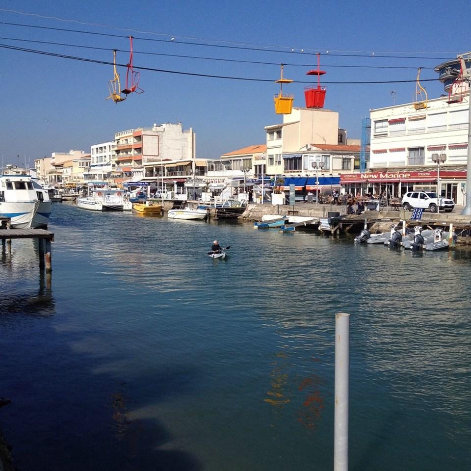 Gondeln über dem Hafen von Palavas-les-Flots