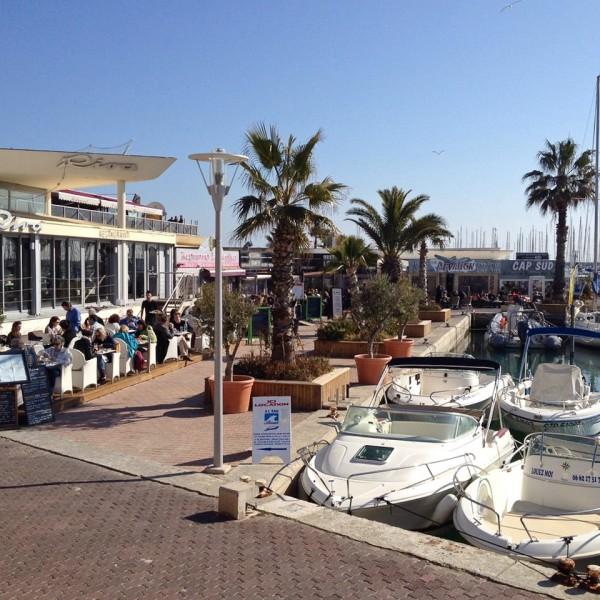 Volles Restaurant am Hafen von Palavas-les-Flots