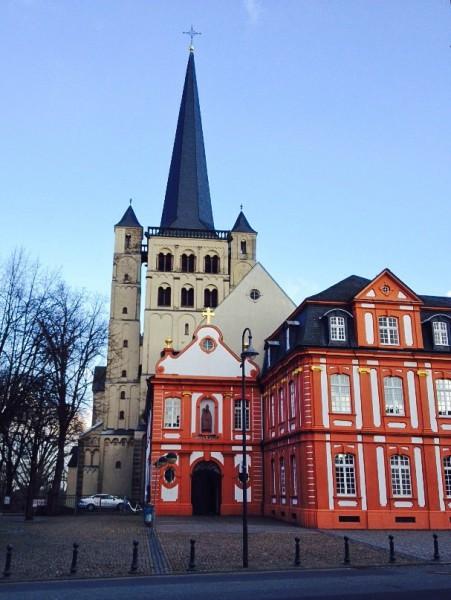 Der Guidel-Platz an der Abtei Brauweiler, Wahrzeichen der 53.000-Einwohner-Stadt Pulheim im Rhein-Erft-Kreis