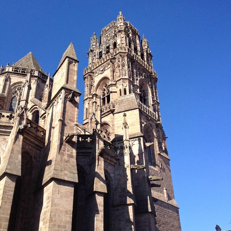 Der filigrane Turm der Kathedrale von Rodez