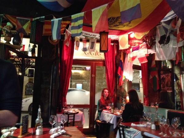 Stimmungsvolles Restaurant beim Abendessen in Saint-Malo