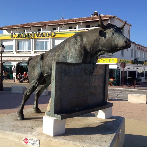 Typisch für die Camargue, ein Stier als Statue in Saintes-Maries-de-la-Mer