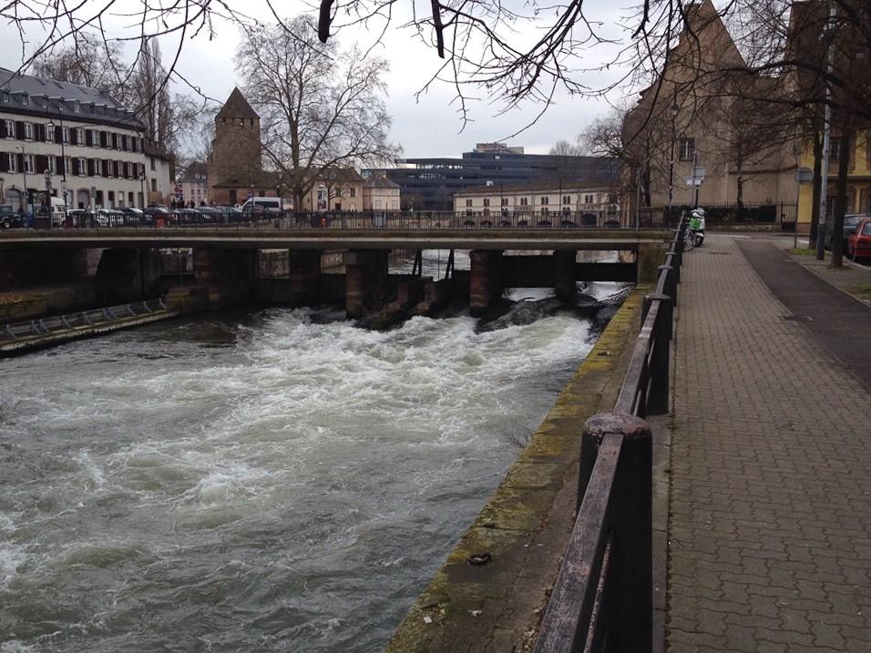Wildwasser an einer kleinen Staustufe in der Innenstadt von Straßburg