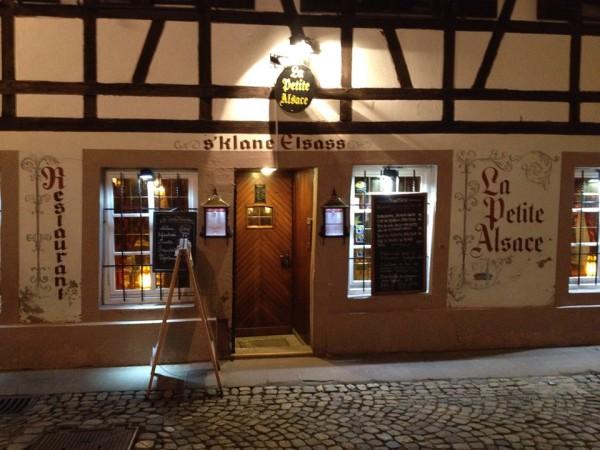 Kleines Restaurant in Straßburg am Abend