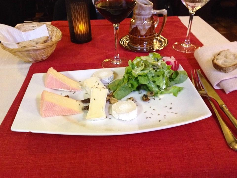 Käseplatte im Restaurant am Abend in Straßburg