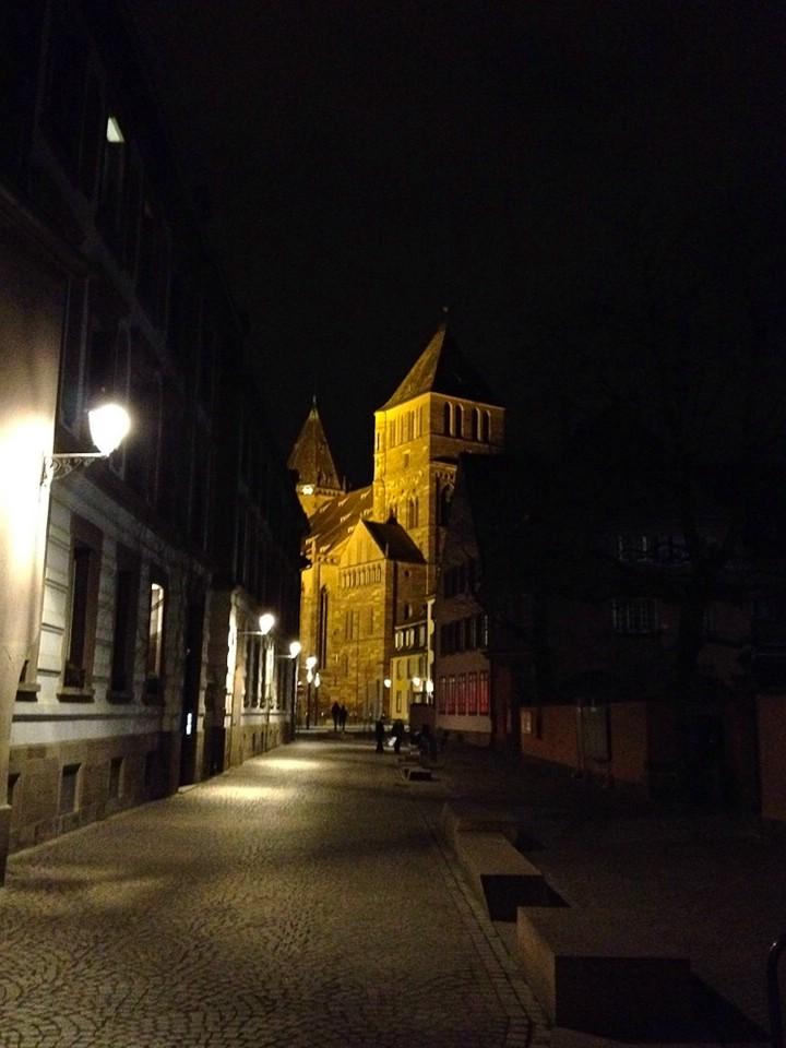 Die Thomaskirche in Straßburg am Abend