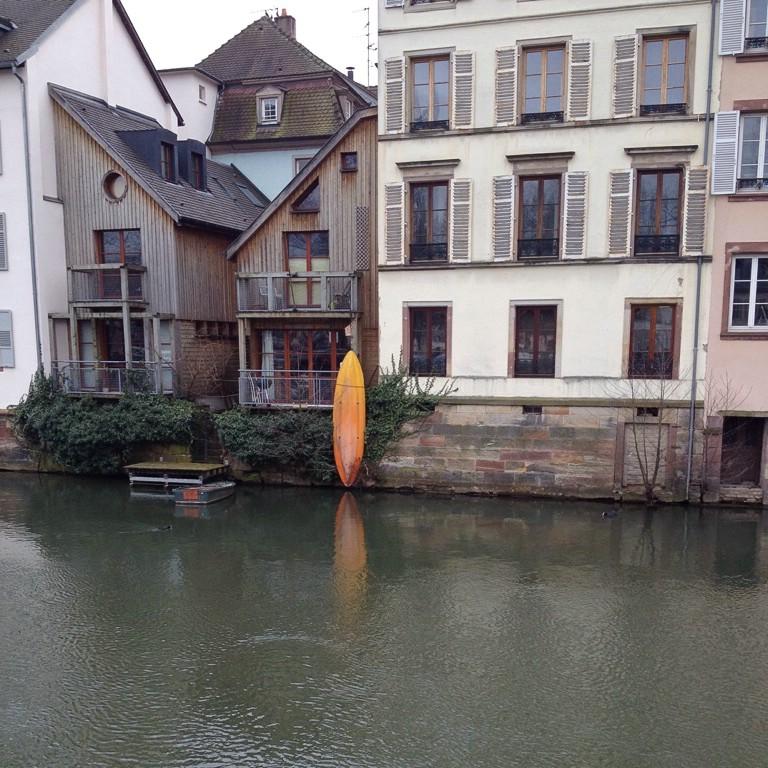 Häuser und Boote in Straßburg
