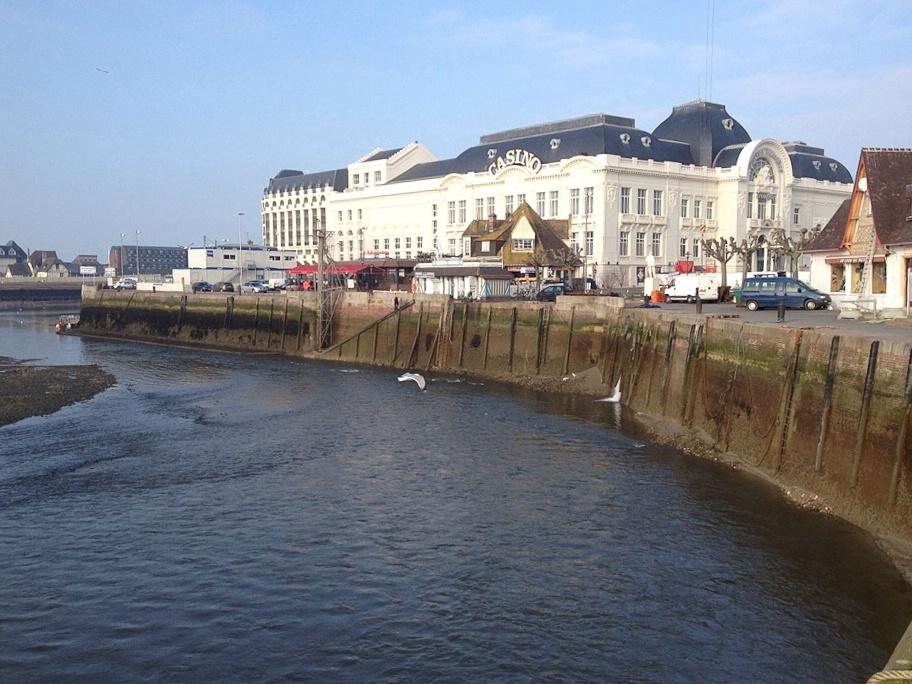 Blick über den Hafen auf das Casino von Trouville-sur-Mer