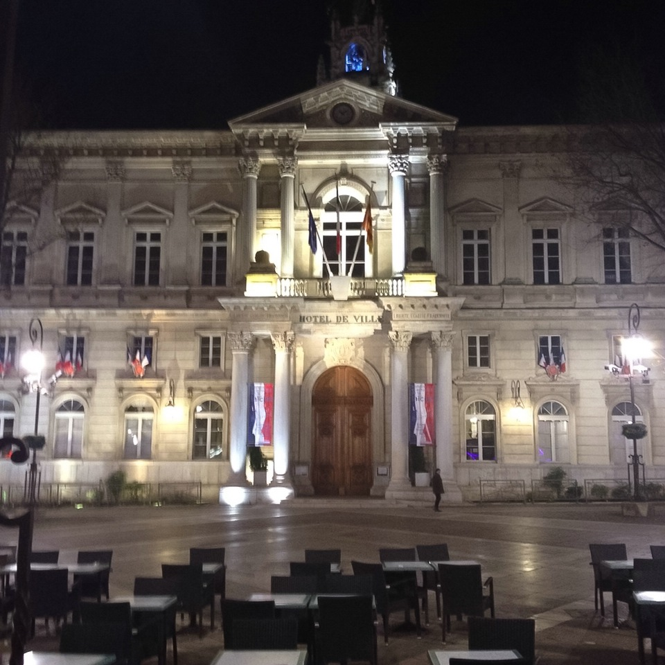 Rathaus von Avignon am Abend