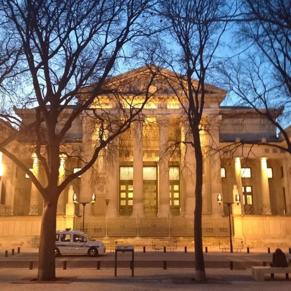 Abendlicher Blick auf den Justizpalast von Nîmes