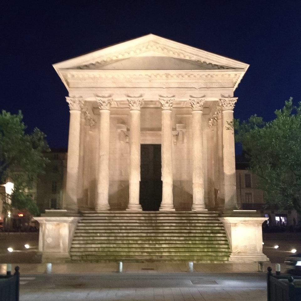 Nîmes, Maison Carrée am Abend