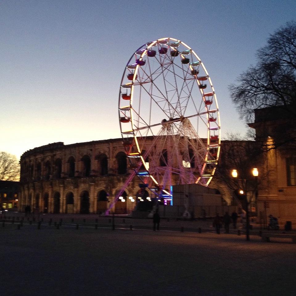 Beleuchtetes Riesenrad vor der Arena von Nîmes