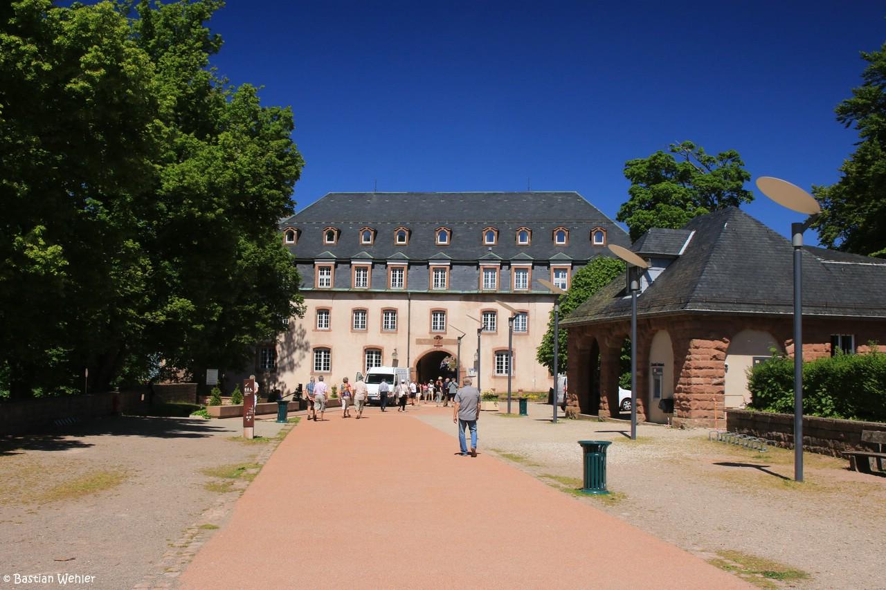 Eingangsbereich des Klosters Mont Sainte-Odile mit einem Torbogen im ehemaligen Gästehaus