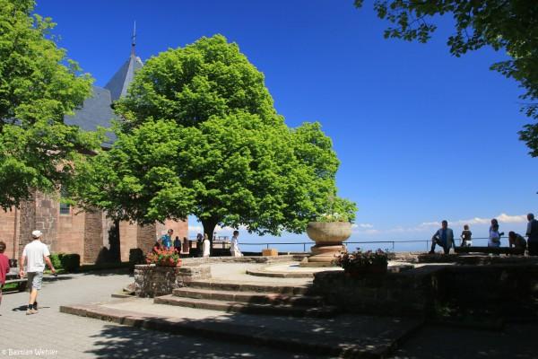 Blick auf die kleine Aussichtsterrasse am Innenhof des Klosters, links sieht man die Kirche