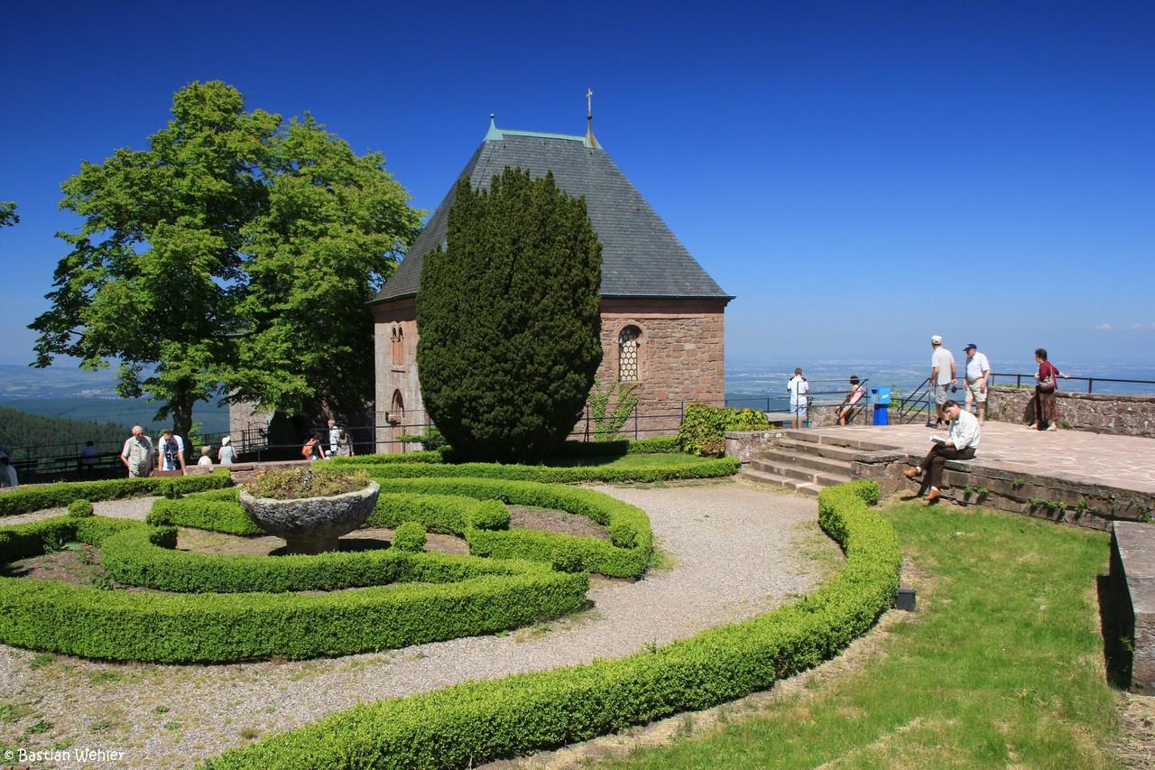 Die große Panoramaterrasse im Kloster Mont Sainte-Odile mit der Chapelle des Larmes (Tränenkapelle)