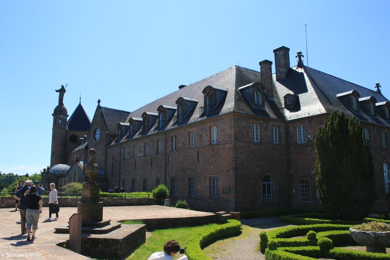 Blick auf das Klostergebäude von Mont Sainte-Odile